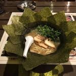 石川家 - ラウンド型の海苔の配置、多めの九条ネギ、厚手のバラ肉チャーシュー3枚と派手な見ため