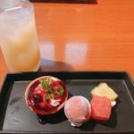 海鮮居酒屋 海老蔵 - レアチーズタルト トリプルベリーソースと グレープフルーツジュース