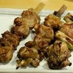 いづみ屋 - 左からセセリ(140円)、鶏もも肉(190円)、ねぎま(190円)