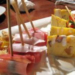 サラマンジェ - ピンチョス風前菜の盛り合わせ。ちなみに隣には姉妹店のスペインレストランがあります。