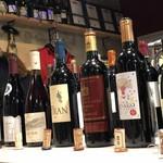 ワイン&チーズ オガーレ - 色々と飲み比べ~。奥に見えるはコルトンGC2000年。
