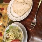 109476594 - セットのサラダとパパド(豆のせんべい)