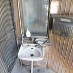 てんぷら屋 - 入口横に洗面台