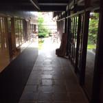薬膳喫茶・悠々 - 通り庭の奥がカフェ