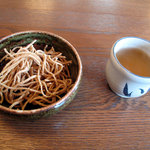 1095351 - 付け出しのソバ唐揚げ+ソバ茶
