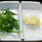 うどん職人 和製麺 - 冷とりちくたま天かけ大    970円  薬味