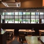 江戸前蕎麦 薫庵 - 大テーブルの端から撮った店内風景、テーブル席側は、「半地下」辺りの目線で外が眺められます♪(2019.6.12)