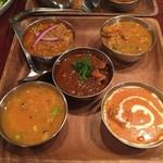 109531516 - 190526食べやすい定番カレー5種の食べ比べ1200円左上からキーマ、野菜、チキン、豆、バターチキン