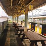 カフェ&ワインバー オーデパール - 廃線ホームを再利用したテラス席