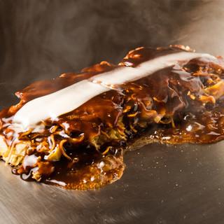 昔ながらの大阪モダン焼き。パリッと焼いた蒸し麺を載せて。