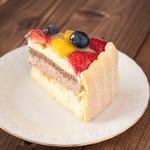 みによん - 【フルーツチョコシャルロット7号(21cm)】2種類のスポンジにパッション&マンゴームースとミルクチョコムース上にカスタードクリームを絞りフルーツを飾りました。