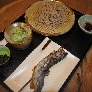 やまだや - 料理写真:(やまだや)の一番人気の十割蕎麦と岩魚の炙り焼きセットです。