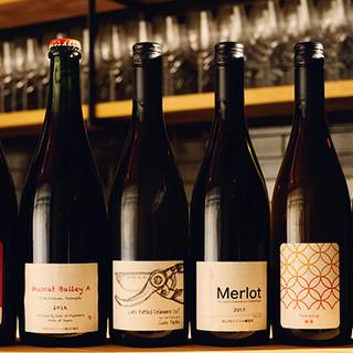 個性豊かなナチュラルワインをセレクト。自家醸造のワインも!