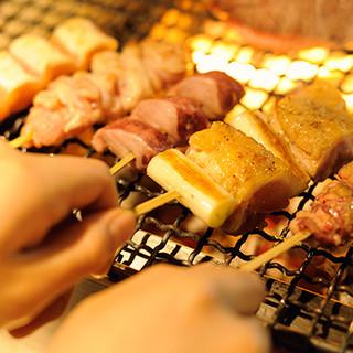 炭火焼きの肉料理をはじめ、どのメニューもワインと相性◎