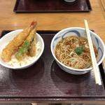 てん松 - 小天丼とそば(温)のセット、960円。