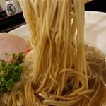 布施丿貫 - 「圧縮淡麗煮干しそば」の麺のアップ