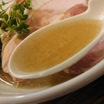 布施丿貫 - 「圧縮淡麗煮干しそば」のスープのアップ