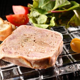 お肉の旨味とコクを感じる自家製パテは、ワインとの相性ピッタリ