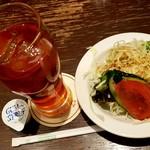 66DINING 六本木六丁目食堂 - 昔懐かしのスパゲッティナポリタン~目玉焼き添え~ に付いたアイスティーとミニサラダ