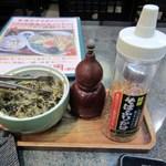 華元 - テーブルには薬味やお漬物の置かれてますよ・・・