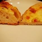 10958665 - フレンチポテト¥180、ゴルゴンゾーラとオリーブのパン(バジル風味)¥220(断面)