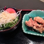 Kitashinchikyouka - 本日の1品はザクザク衣が香ばしい鶏の唐揚げ、大根のつまとピーナッツをトッピングしたサラダ