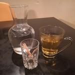 Kitashinchikyouka - 食後には温かいジャスミンティーのサービス、お水を入れたカラフェもお洒落
