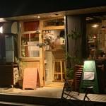 TRES - 暗めな夜の今小路にポッと柔らかな光が漏れるお店