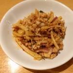 ティーヌン - タケノコと挽肉の炒め物 赤唐辛子の効いたご飯が進む味 煎り米粉(ラープに入れるやつ)が入ってる?ざらざらした食感があります