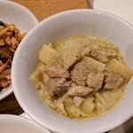 ティーヌン - グリーンカレー 鶏もも肉ほろほろ タケノコ?シナチク?はちょっと筋っぽいのもあるけどこれもワイルドってことで