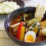すーぷかりーかふぇ チャーリースパイス - 料理写真:たっぷり野菜とチキンレッグ、ライス(少なめ)