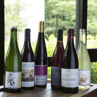 ワインは自然派ワインを中心に常時150種類ほどご用意。