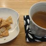 いんなーと みやびの - 料理写真:そば茶&蕎麦煎餅♪
