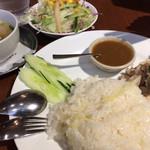 Asian Dining & Bar SAPANA - 「カオマンガイ」はサラダ、スープ、ドリンク付き。 税込1000円は少し高いかな。。