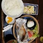 109637270 - Bの魚定食。赤魚のホイール焼き650円。温泉卵、マカロニサラダ付。お値打ちだと思います。