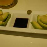 アボカド料理専門店FORZA - お通しのアボカドスライス