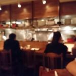 トラットリアチッチョ - 遅い時間はカウンターにお一人様のお客さんもちらほら。 まぃまぃも常連になりたーい!