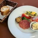 109644006 - 色鮮やかな前菜盛り合わせは野菜に卵、お肉やお魚と盛り沢山、奥は香ばしくシンプルなバゲット
