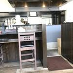 久留米ラーメン 玄竜 - 厨房方向。