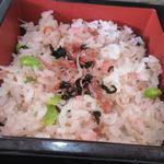 まんえい堂 生蕎麦処 お福食堂 - セットのおこわは数種類から選べましたが私は旬の梅しらすおこわを選んでみました。
