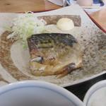 まんえい堂 生蕎麦処 お福食堂 - おかずに選んだのは煮さば、じっくり煮込まれた煮さばです。