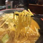 一番五郎 - 麺は太めの縮れた麺です