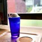 佐久島サクカフェ アオハナ - ドリンク写真:レトロなグラスのソーダフロート。