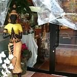 10966761 - どこかで見たような木彫りの像が迎えてくれます