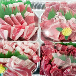 柴田畜産直売所 SS食品 - 【焼き肉セット】【お惣菜オードブル】盛り付け例。「予算」「人数」「お好みのお肉やお惣菜」などリクエストOK。進物用のお肉など、地方発送可能です。(お店Facebookより転載)