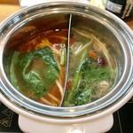 NANI 回転小火鍋 - トマト鍋とキノコ鍋のハーフ&ハーフ¥300(外税)