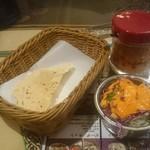 ナマステ ガネーシャマハル - ルンビニセット の パパド & サラダ(アチャールはフリー)