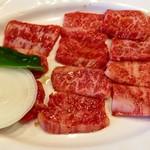 109684994 - 大盛カルビ定食のお肉 2300円税込(休日)