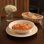 109687399 - モッツァレラとフレッシュバジルのトマトソース、パン