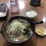 麺ダイニング Kazu 屋 - 豚骨味噌ラーメン + サービスの小ライス(漬物付き)
